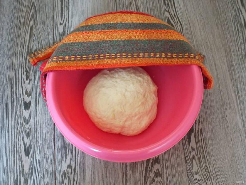 Как только тесто трудно станет замешивать ложкой, месите руками. Готовое тесто должно получиться мягким, допускается незначительное прилипание к рукам. Округлите тесто. Переложите в чашу, накройте полотенцем и оставьте на 1 час в теплом месте.