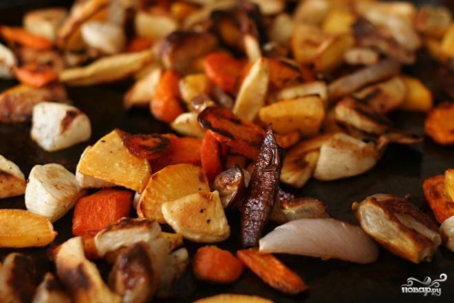 3. Добавить неочищенный чеснок в течение последних 15 минут. Отложить запеченные овощи в сторону. Выложить кукурузный хлеб кубиками на пустой противень. Выпекать до высыхания, 10-15 минут, помешивая в середине приготовления.
