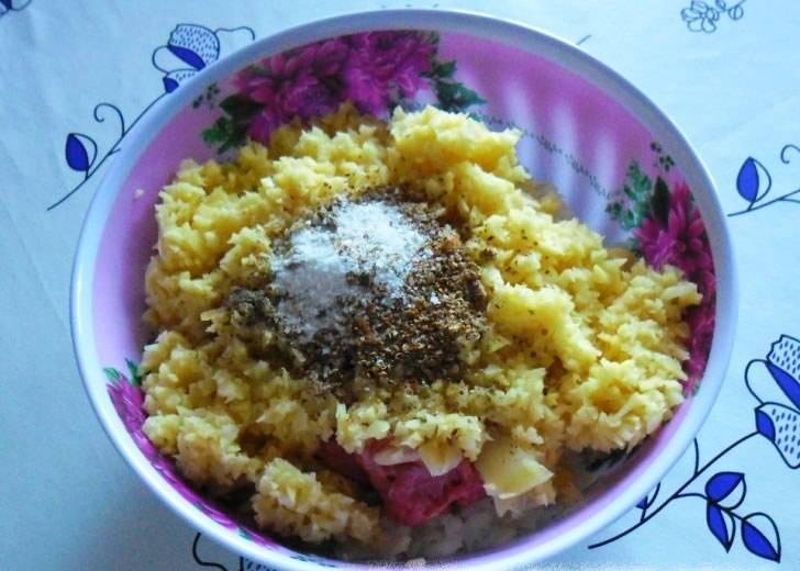 Измельчите в блендере лук и картофель, смешайте их с фаршем, добавьте соль и специи по вкусу. Хорошо перемешайте.