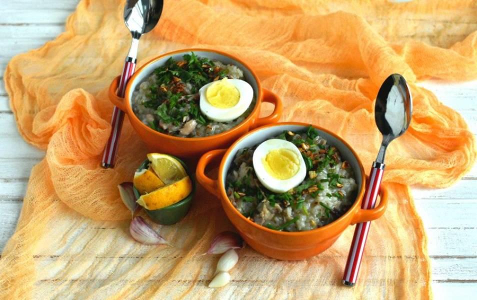 Подавайте арроз кальдо горячим, добавив сваренное яйцо, щедро посыпав хрустящим жареным чесноком, рубленым зеленым луком и кинзой, а также сбрызнув лимонным соком и рыбным соусом по вкусу. Приятного аппетита!