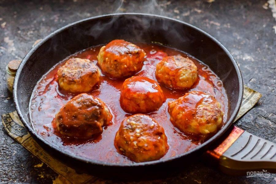 """Залейте все соусом. Для этого смешайте горчицу, томатный и соевый соус. Тушите """"ежики"""" в соусе 25 минут. После подавайте блюдо к столу."""