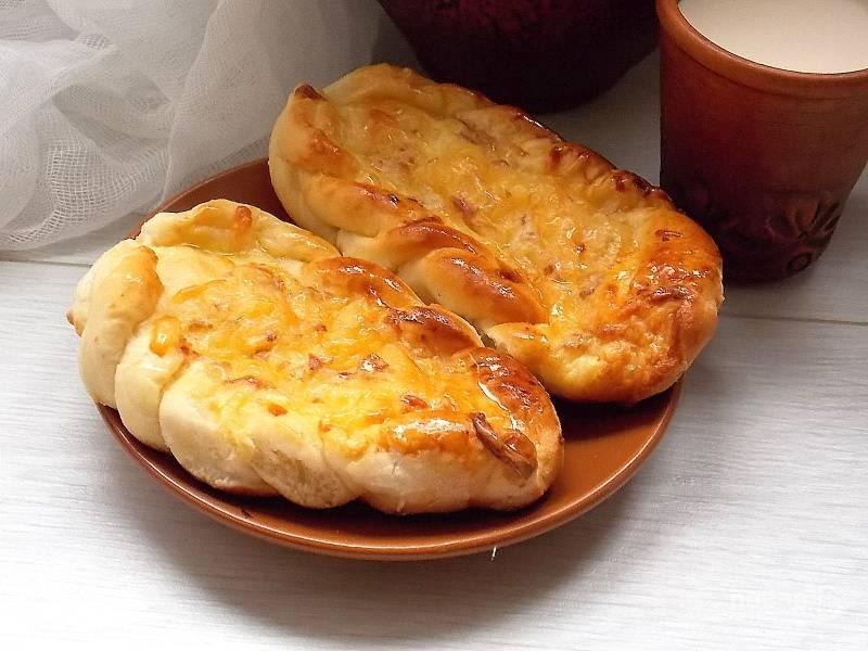 Смажьте пирожки крепким сладким чаем и выпекайте в горячей духовке при 200 градусах в течении 20-30 минут до готовности. Затем смажьте маслом и дайте немного полежать.