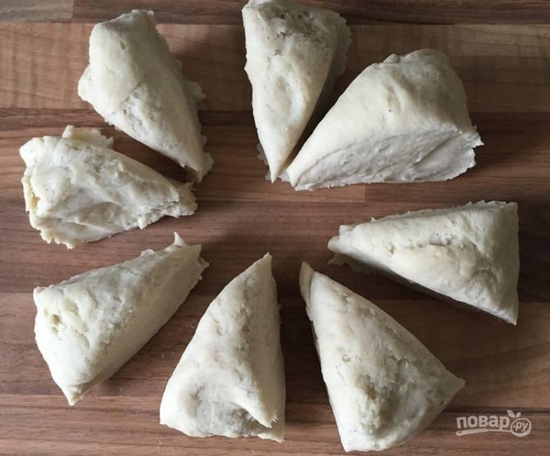 3. Поделите остывшее тесто на восемь кусочков. Из каждого раскатайте лепешку.