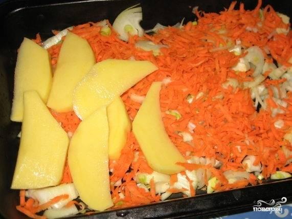 2.Потрите морковь на терке. Порежьте лук полукольцами. Картошку порежьте на тонкие дольки.