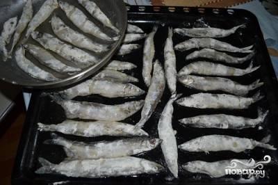 Рыбу выкладываем на смазанный маслом противень и отправляем в предварительно разогретую до 200 градусов духовку на минут 15 - 20.
