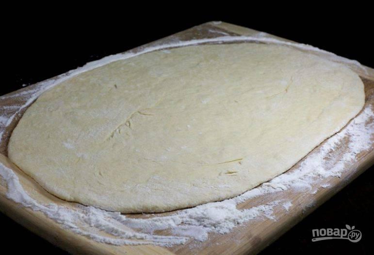 5. Затем разделите тесто на 4 части, расскатайте каждую часть в равномерный пласт.