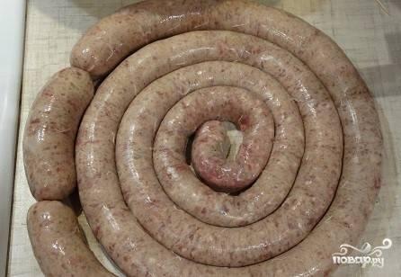 9. Формируйте удобные по длине колбаски для жарки. Необходимо каждую проколоть шпажкой. Часть упакуйте и сложите в морозильную камеру.