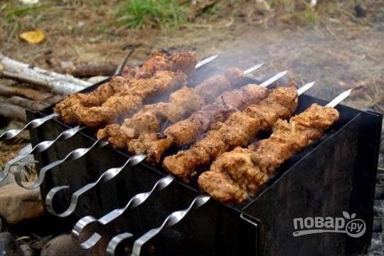 Добавим еще растительное масло и хорошо перемешаем мясо. Затем нанизываем его на шампура и отправляем жариться на мангал. Не забываем периодически переворачивать шашлык.