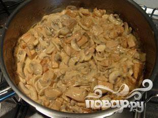 Когда соус достаточно густой (по вкусу), добавить грибы, хорошо перемешать. Готовьте еще 1-2 минуты и попробуйте .