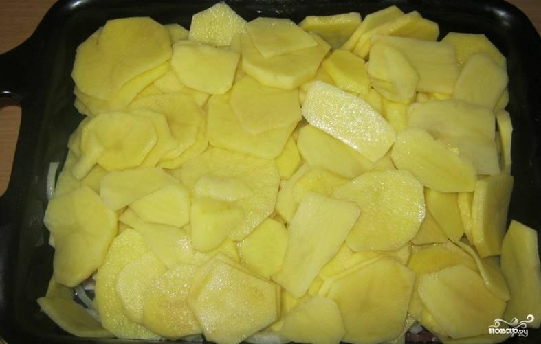 Выкладываем ломтики картофеля. Солим и перчим по вкусу.