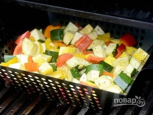 Затем остальные овощи приготовьте на гриле (в течение 10-15 минут).