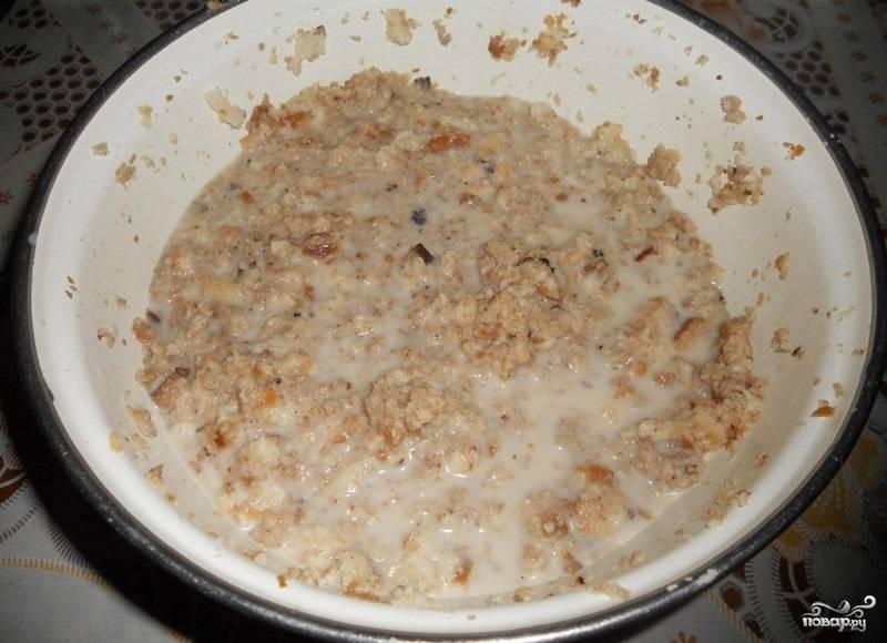 7.Размокший хлеб разминаем вилкой или вручную.