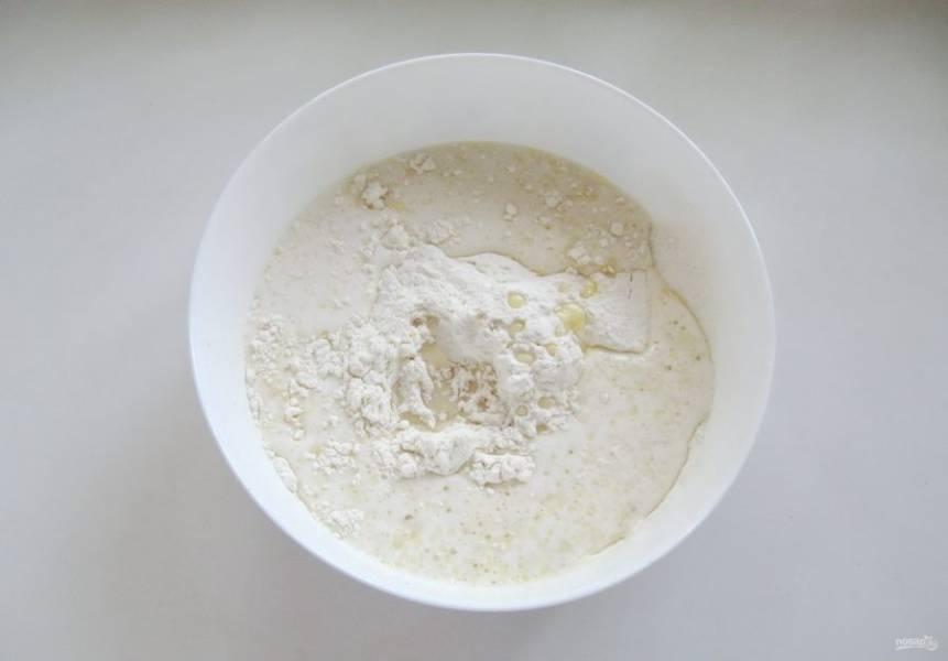 Влейте в муку приготовленную смесь из молока, дрожжей, соли, сахара, ванильного сахара, подсолнечного и сливочного масла.