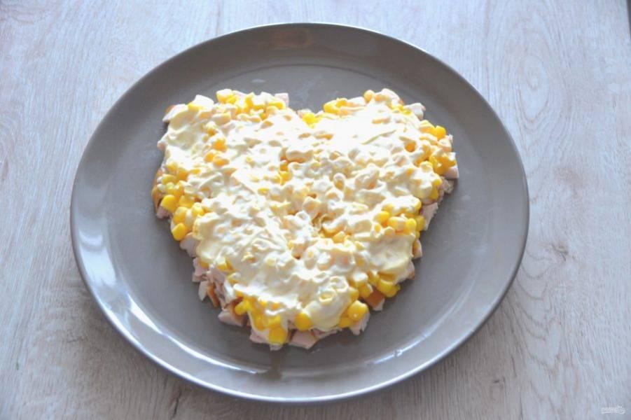 Выложите следующий слой из консервированной кукурузы, нанесите майонез.
