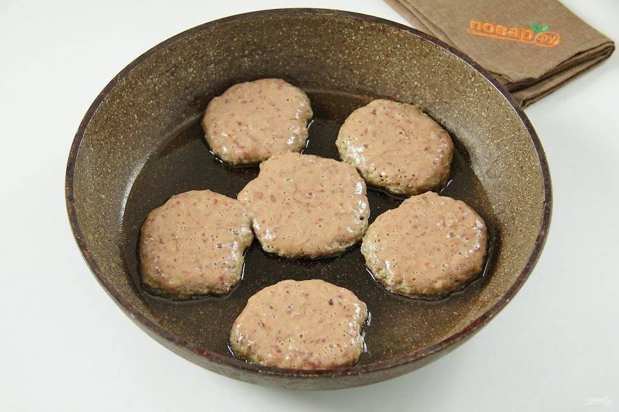 Выкладывайте тесто при помощи столовой ложки на разогретую сковороду.