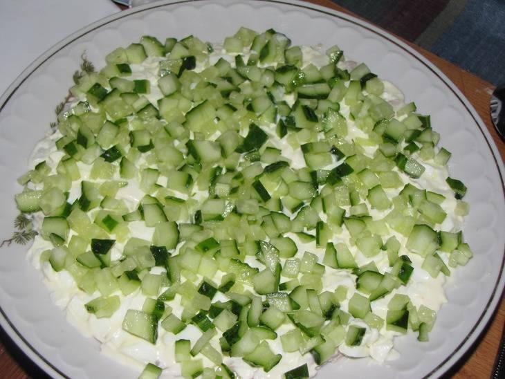 Салат делается послойно и каждый слой промазывается майонезом. Первый слой - курица, промазываем. Затем выкладываем яйца и опять промазываем, затем - огурцы.