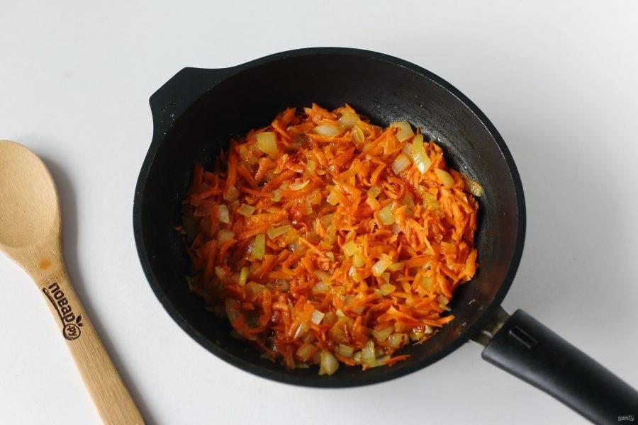 Обжарьте овощи помешивая до мягкости.