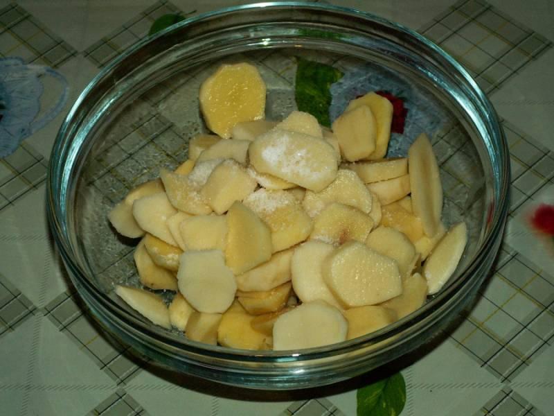 2. Картофель моем, чистим, нарезаем кружочками и солим-перчим по вкусу. Можно также натереть приправами.