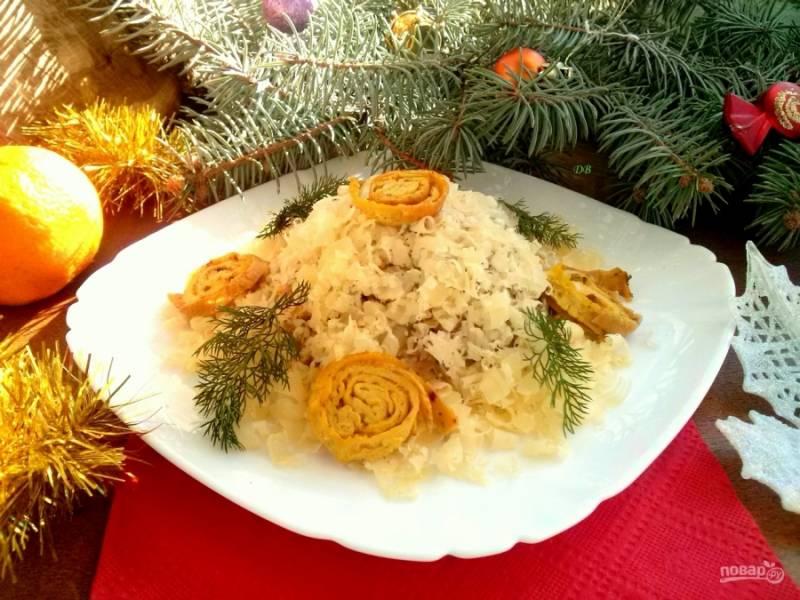 Смешайте все ингредиенты, заправьте салат, посолите и поперчите по вкусу, дайте настояться салату не менее 20 минут. Выложите на блюдо,  посыпьте натертым сыром, украсьте яичными блинчиками и зеленью. Приятного аппетита!