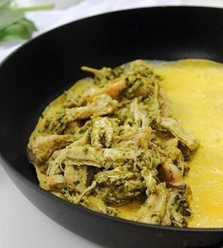 6. На сковороду налить немного масла и вылить туда яйца. Буквально через пару минут выложить на один край курочку.