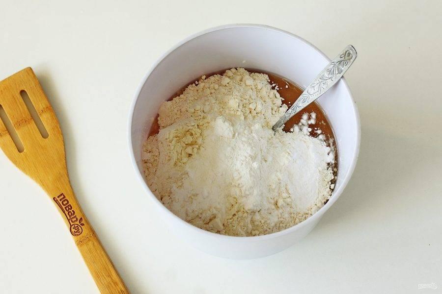 Добавьте сухие ингредиенты: муку, соль, соду, разрыхлитель и ванилин. Муку рекомендую добавлять частями, т.к. может уйти чуть больше или меньше, чем указано в рецепте. Все будет зависеть от густоты яблочного пюре.
