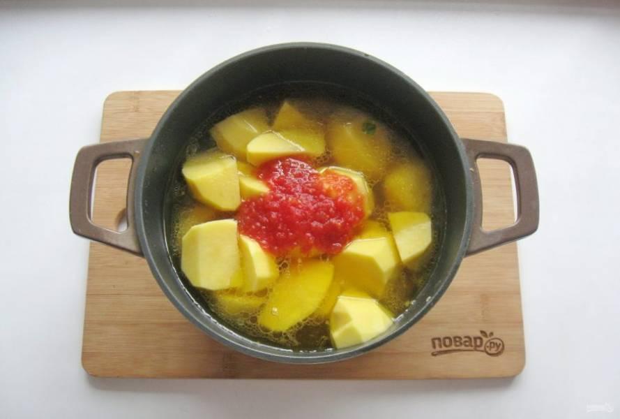 Помидоры измельчите в блендере или мясорубке, можно взять томатную пасту или томатный морс. Добавьте в суп.