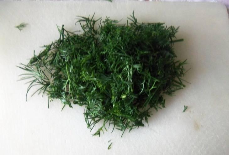 3. Укроп я нарезаю мелко вручную. По желанию, можете использовать и зелень петрушки.