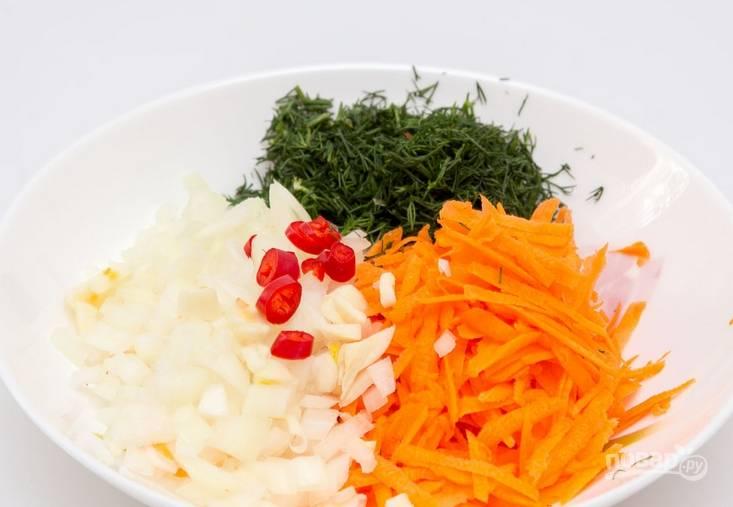 Овощи промываем и очищаем. Измельчаем чеснок, лук, острый перец и зелень. Трем на терке морковь, картофель нарезаем кубиками.