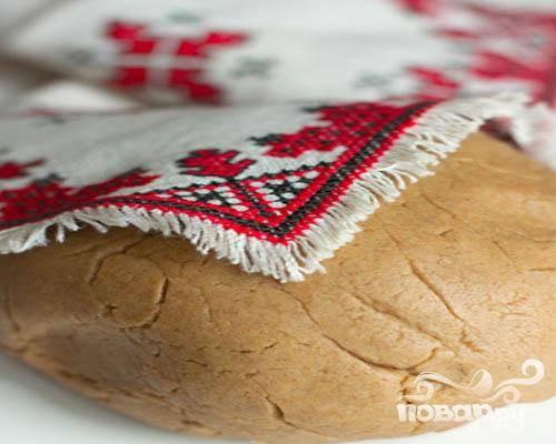 1.В миске смешиваем сметану и муку, добавляем немного соли. Замешиваем тесто руками, оно должно получиться достаточно крутым.