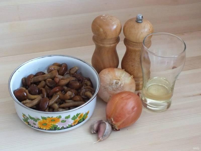 Подготовьте необходимые ингредиенты. Если грибы у вас свежие, то вам необходимо их тщательно промыть и отварить в течение 10 минут. Свежемороженные грибы разморозить.
