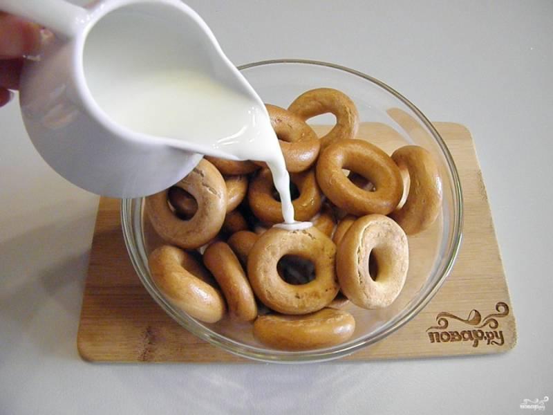 Сложите бублики в глубокую тару, залейте их молоком так, чтобы они были полностью им покрыты. Конечно, бублики всплывут, но их нужно периодически перемешивать, чтобы они напитались хорошо молоком. Оставьте их на 30-40 минут.