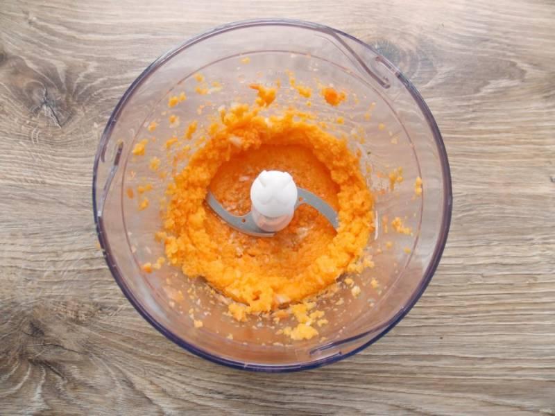 Морковь и лук почистите, порежьте и выложите в чашу блендера. Влейте растительное масло и пробейте все до однородной массы.