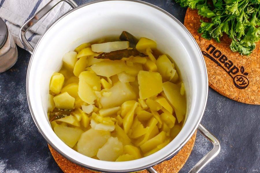Отварите до готовности примерно 25 минут, перелейте половину жидкости в чашку или миску, извлеките лавровые листья.