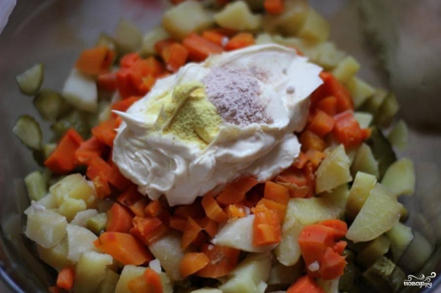 Затем добавляем в салатницу сметану, черную соль и приправы (асафетиду).