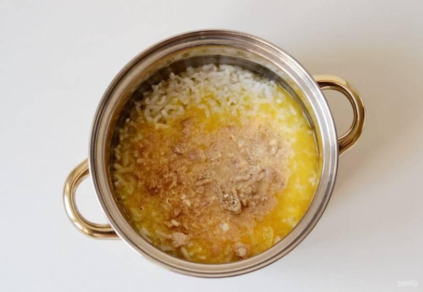 Добавьте апельсиновый сок и измельченный миндаль в рис. Взбейте блендером до однородной консистенции.