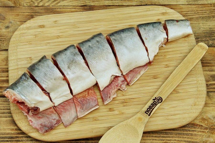 Отрежьте у рыбы голову и хвост. Срежьте плавники. Если необходимо удалите внутренности, затем рыбу промойте и обсушите бумажным полотенцем. Нарежьте тушку стейками средней толщины.