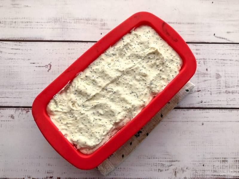 Выложите творожную массу в форму для выпекания и отправьте в предварительно разогретую духовку до 180 градусов на 25-30 минут.