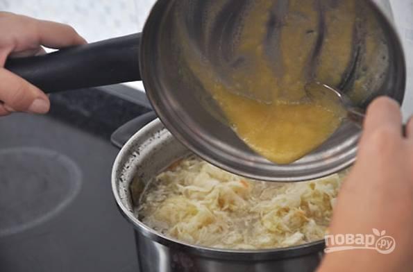 6.Полученную мучную смесь вылейте в кастрюлю к остальным ингредиентам, по вкусу посолите и поперчите. Выключите огонь и накройте кастрюлю крышкой, остудите щи и отправьте в холодильник.