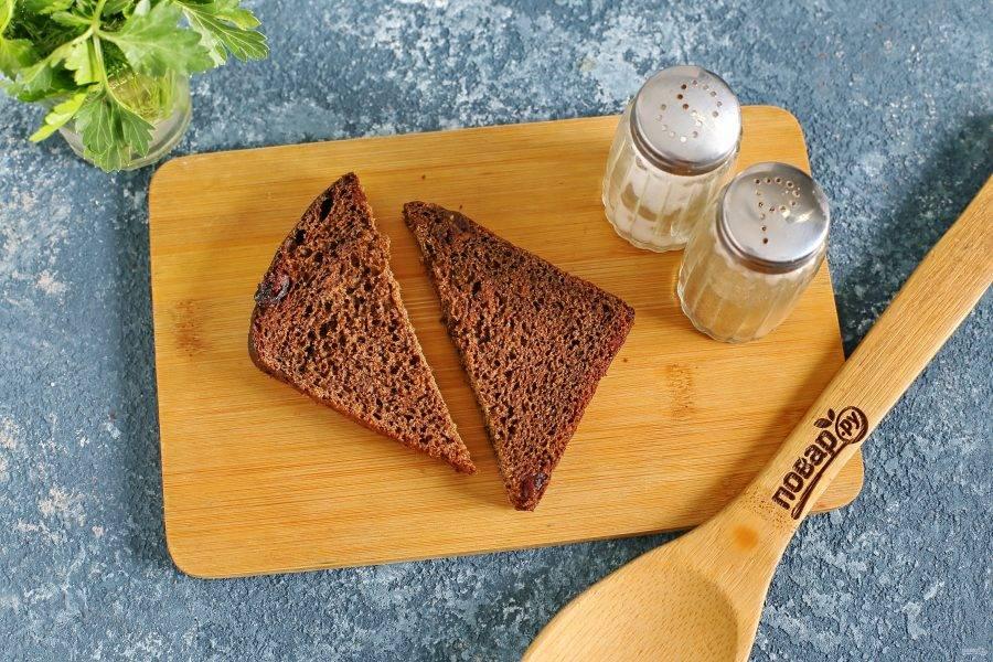 Каждый кусочек хлеба разрежьте на две части.