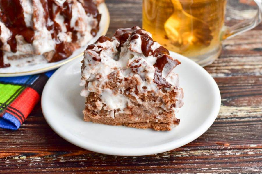 Залейте торт глазурью. Отправьте его в холодильник на сутки. Затем нарежьте на кусочки и подайте к столу.