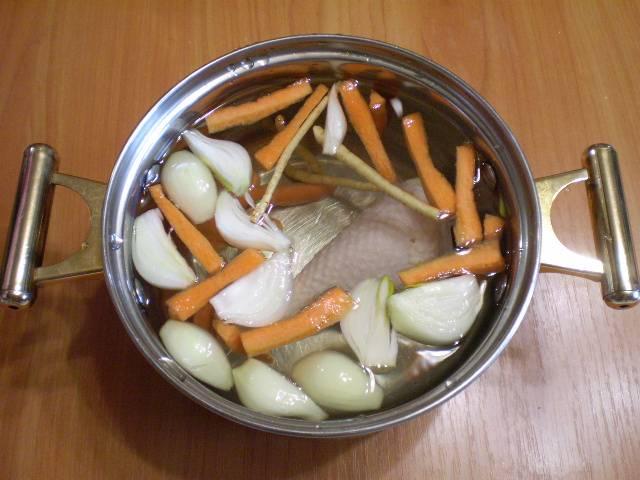 3. Кладем голень и овощи в холодную воду, солим, доводим до кипения. Варим бульон 40 минут.