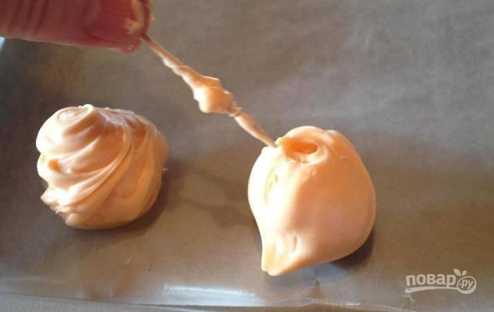 С помощью зубочистки сделайте на конфетах завитки, для пущей красоты.