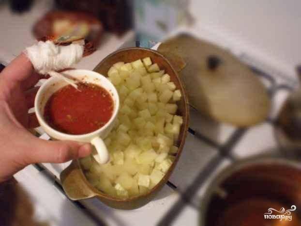 В чашечке делаем соус - водичка, специи, соль, немного масла и томатная паста, смешиваем и добавляем в рагу, перемешиваем и продолжаем тушить под закрытой крышкой.