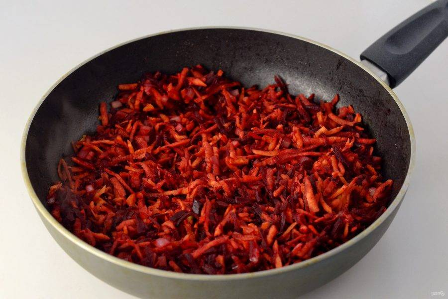 На сковороде потушите лук, морковь и свеклу 5-7 минут. Добавьте томатную пасту, перемешайте и тушите еще пару минут.