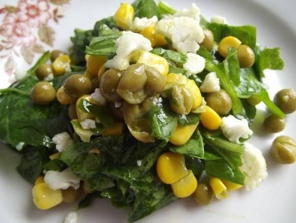 Добавляем оливковое масло, досаливаем по вкусу и хорошенько перемешиваем.