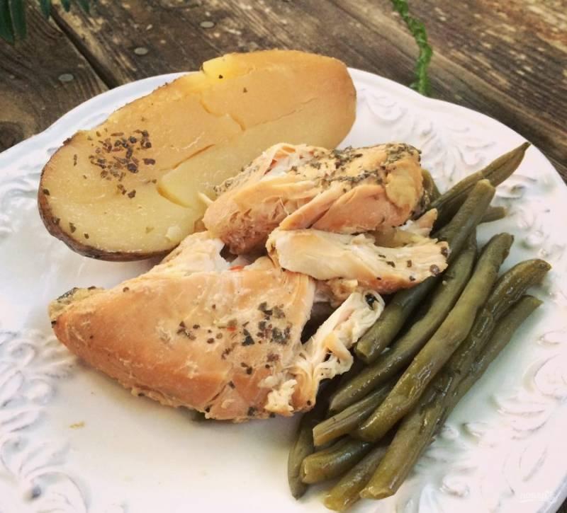 8.Выкладываю на тарелку кусочек курицы, картофель и зеленую фасоль. Приятного аппетита!