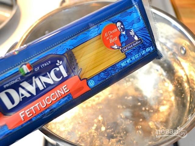 1. Доведите до кипения воду, подсолите немного и отправьте варить макароны. Параллельно в кипящую воду отправьте брокколи, разделив на соцветия. Отварите несколько минут, после откиньте на дуршлаг.
