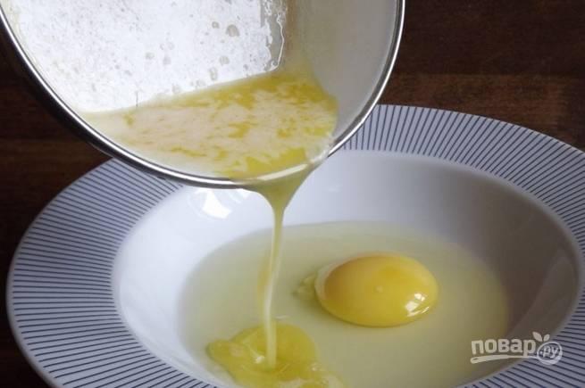 Отдельно растопите сливочное масло, влейте его к яйцу.