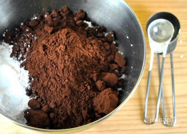 В отдельной емкости смешайте муку, какао, пищевую соду и разрыхлитель.