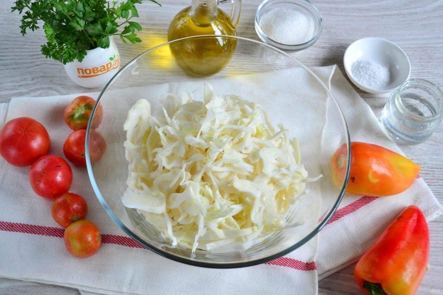 Капусту мелко нарежьте ножом или нашинкуйте с помощью специальной терки. Переложите капусту в большую миску.